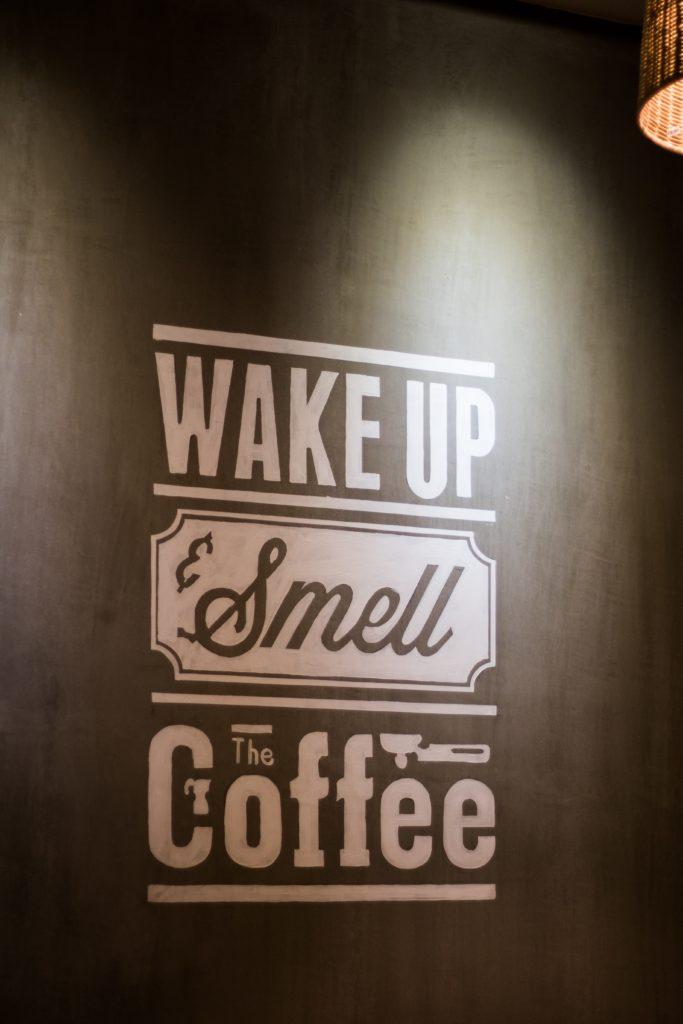 Mensaje motivacional en las paredes de un establecimiento